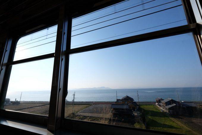 湖西線の車窓に広がる琵琶湖 (FUJIFILM X-T1 + XF10-24mm F4R)