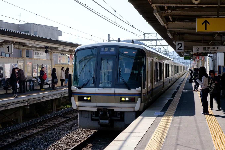 普通列車の園部行き 235M。
