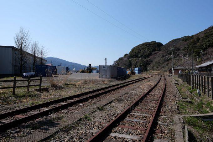 敦賀港駅と金ヶ崎山 (FUJIFILM X-T1 + XF16mm F1.4R)