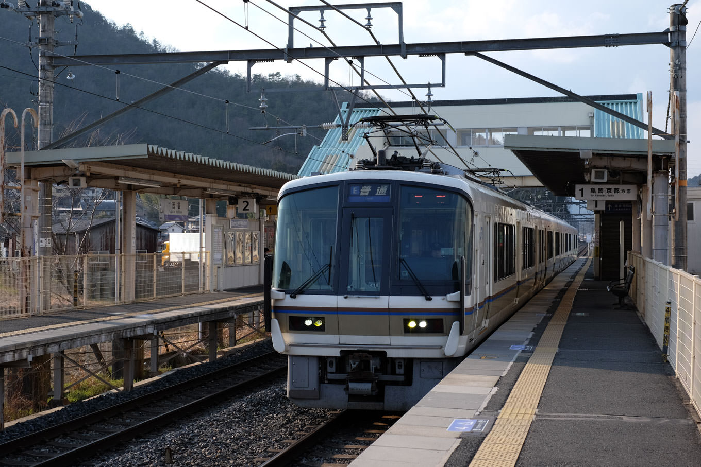 普通列車の京都行き 258M。
