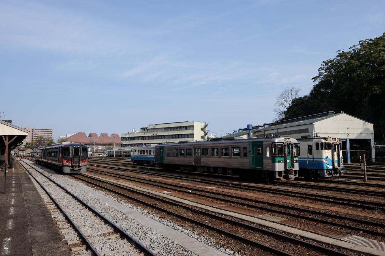 駅裏に広がる車両基地。