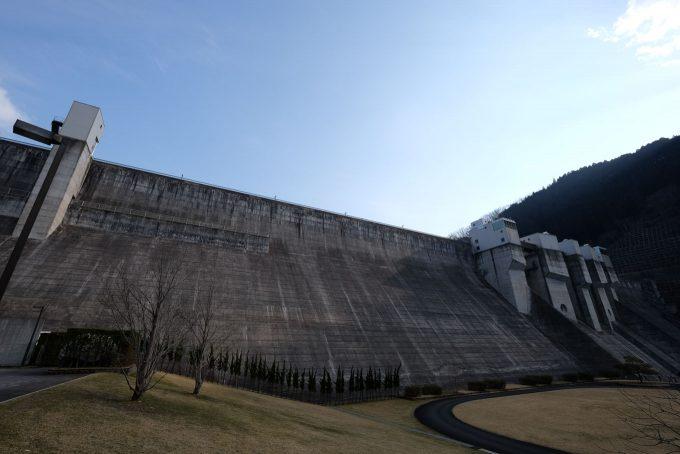 日吉ダムの堤体 (FUJIFILM X-T1 + XF10-24mm F4R)