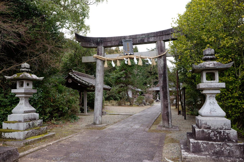 城山の麓に鎮座する春日神社。