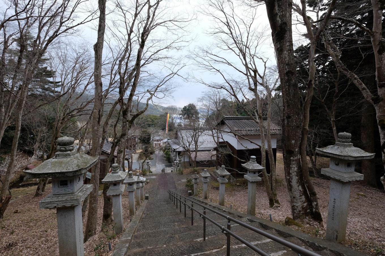 西光寺本堂から見下ろす石段。