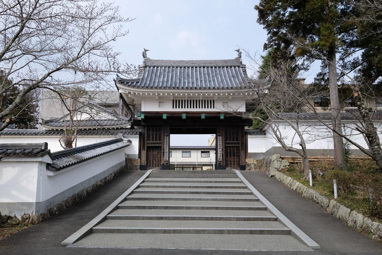 園部城跡に残る櫓門。
