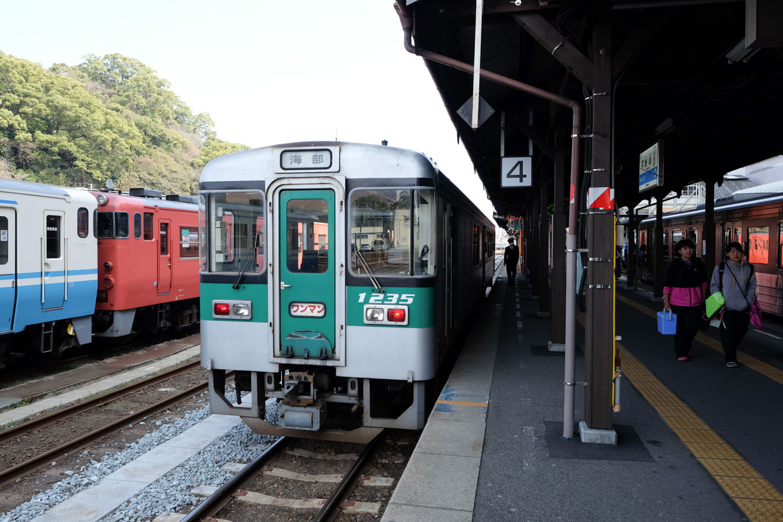 徳島駅で発車を待つ海部行き4555D。