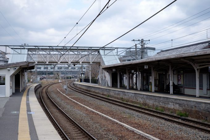 八木駅ホーム (FUJIFILM X-T1 + XF35mm F1.4R)