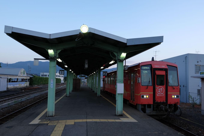 越前大野駅で発車を待つ、普通列車の九頭竜湖行き 721D。