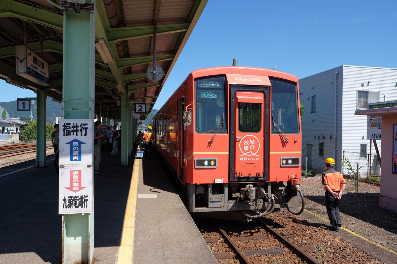 越前大野駅に停車中の、九頭竜湖行き普通列車 725D。