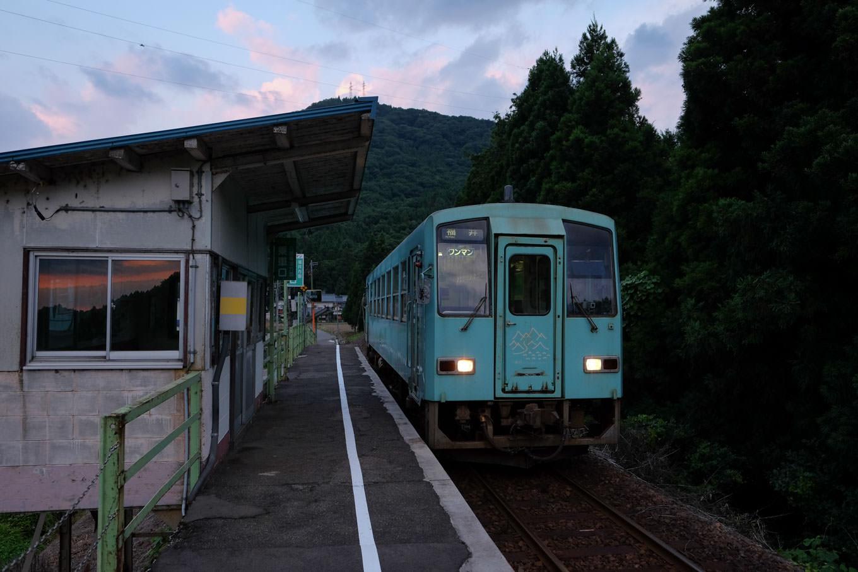 柿ケ島駅に入線する、普通列車の福井行き 734D。