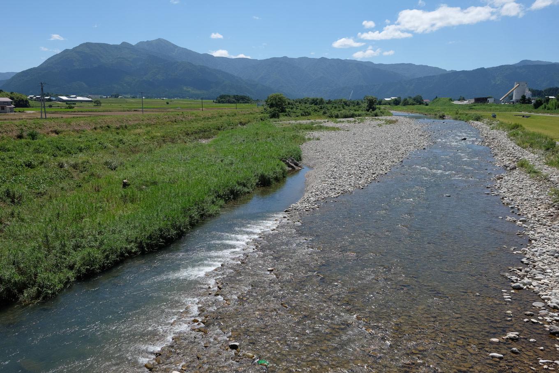 真名川と荒島岳。