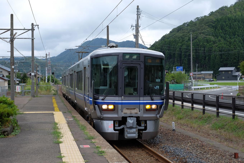 南条駅に入線する福井行き1243M。