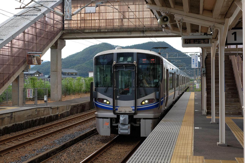 王子保駅に入線する敦賀行き244M。