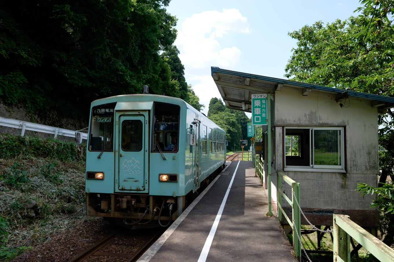 下唯野駅に入線する、普通列車の九頭竜湖行き 727D。
