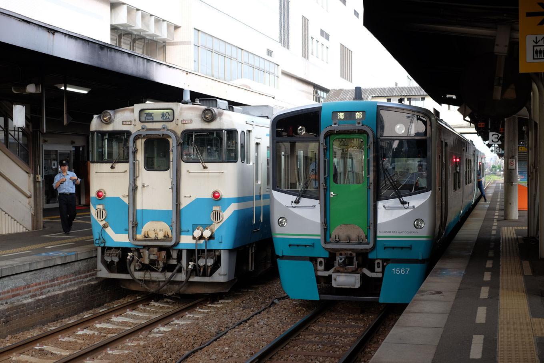徳島駅で発車を待つ海部行き普通列車。