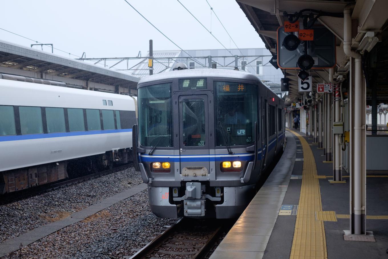 敦賀駅に停車中の福井行き普通列車 235M。