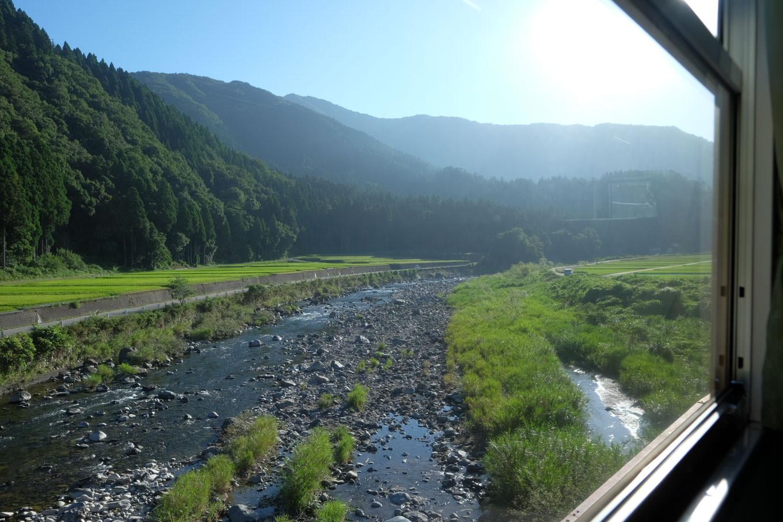 車窓を横切る足羽川。