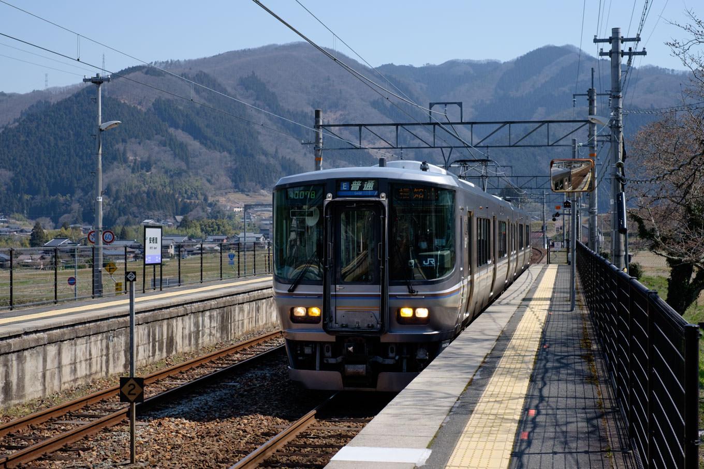 安栖里駅に入線する福知山行き1127M。