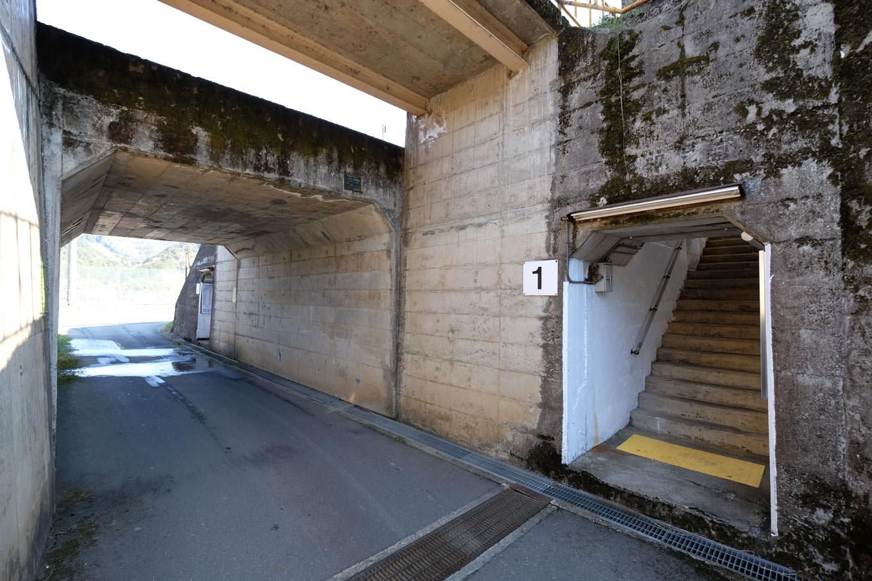 車道を兼ねた地下道。