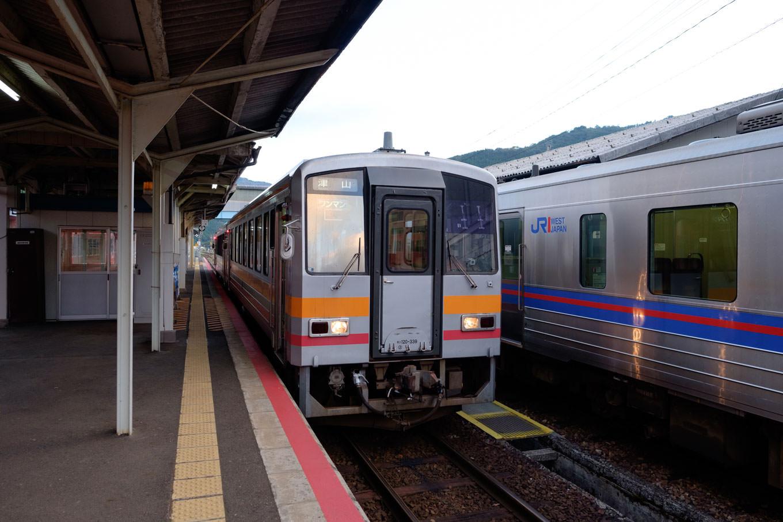 智頭駅ホームで発車を待つ、津山行き普通列車 673D。