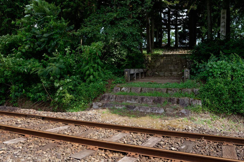 線路で寸断された八幡神社参道。