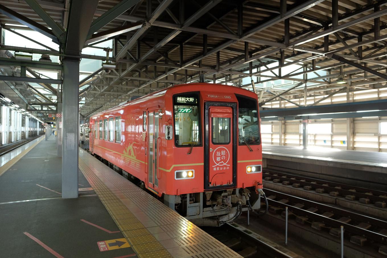 福井駅で発車を待つ、越前大野行きの普通列車 723D。