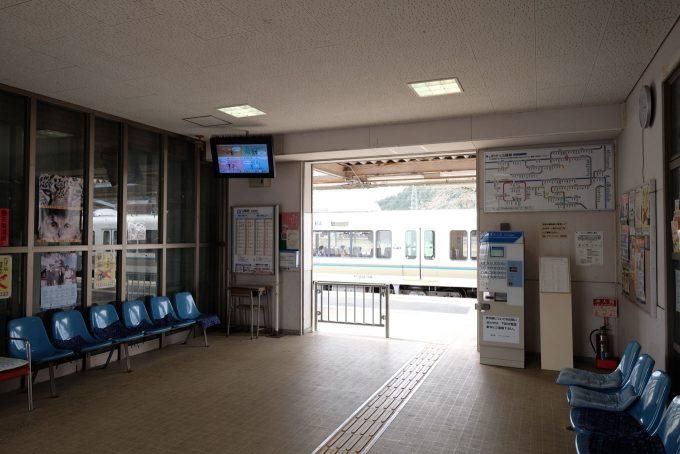 胡麻駅の通路兼待合室 (FUJIFILM X-T1 + XF10-24mm F4R)