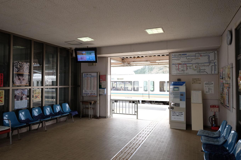 胡麻駅の通路兼待合室。