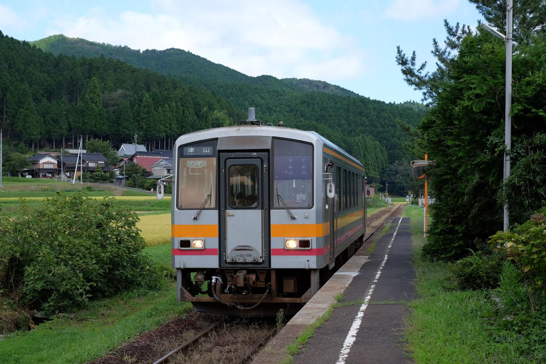土師駅に入線する津山行き普通列車 675D。