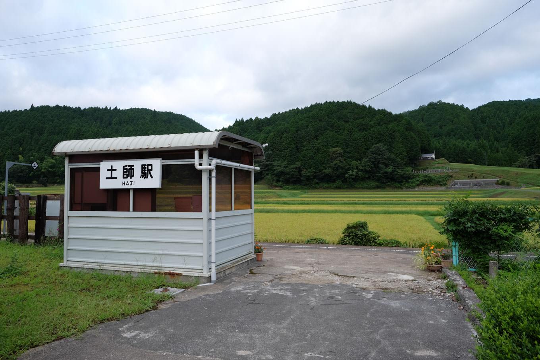 かつての駅舎跡に建つ簡素な待合所。