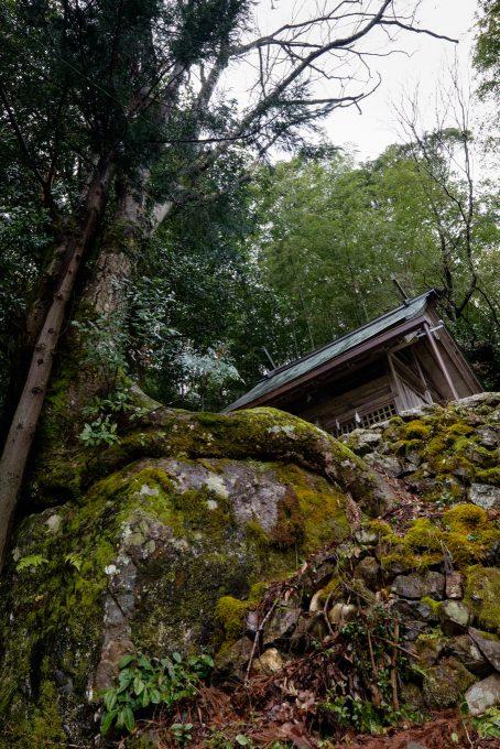 岩の上に鎮座する岩上神社 (FUJIFILM X-T1 + XF10-24mm F4R)