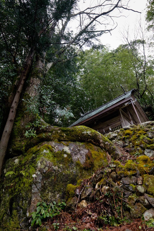 岩の上に鎮座する岩上神社。