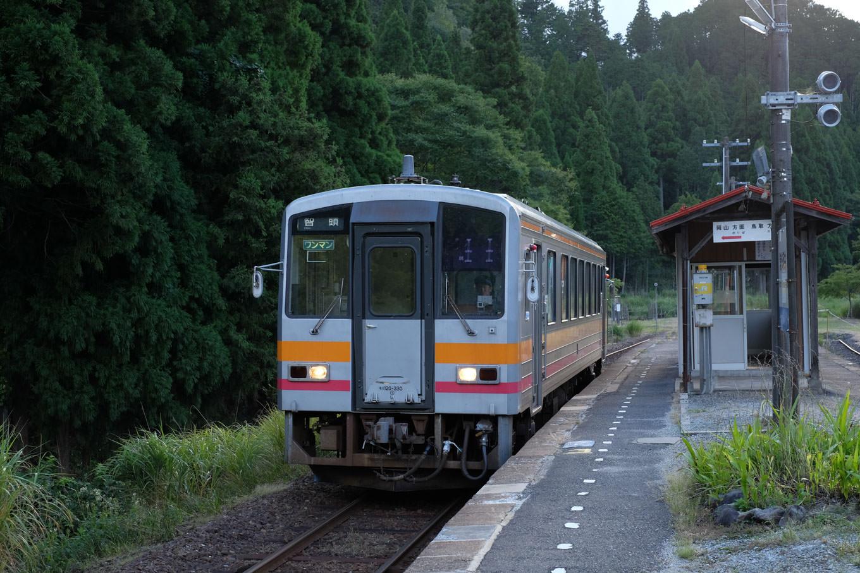 美作河井駅に入線する、普通列車の智頭行き 684D。