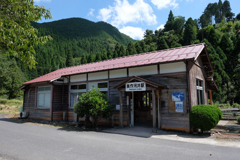 美作河井駅舎。