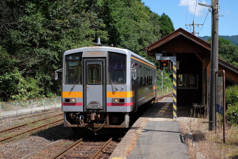那岐駅に入線する津山行き普通列車。