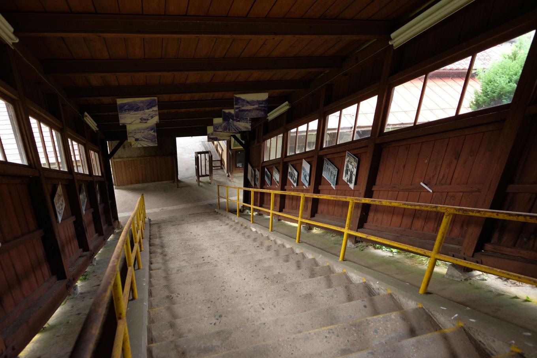 ホームから改札に下る階段。
