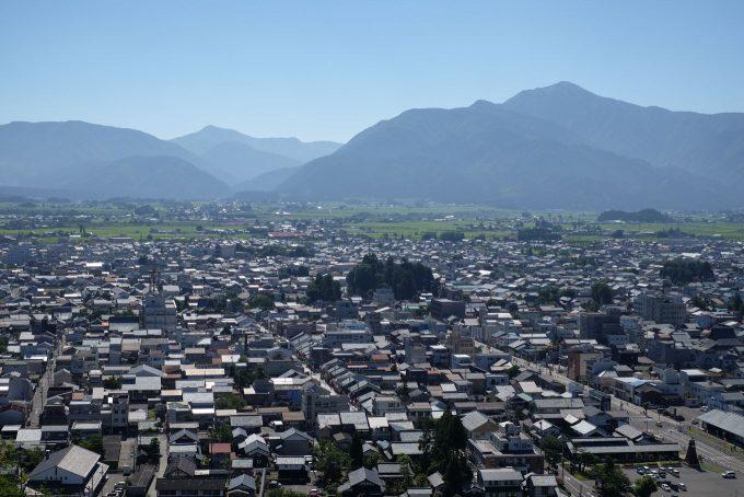 大野城から眺める大野盆地と荒島岳 (FUJIFILM X-T1 + XF35mm 1.4R)