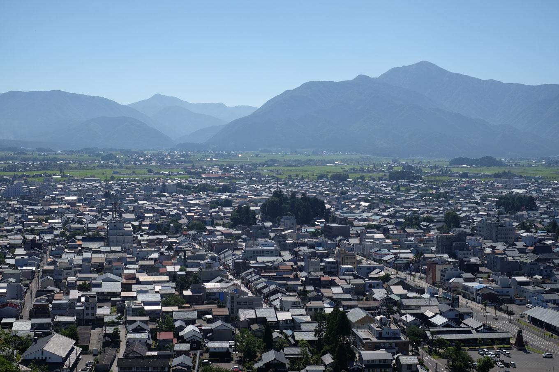 大野市街と荒島岳。