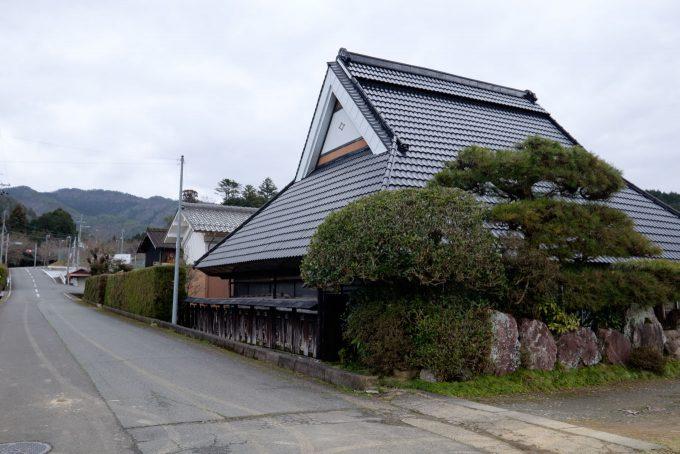 沿道には古びた建物が散見される (FUJIFILM X-T1 + XF10-24mm F4R)