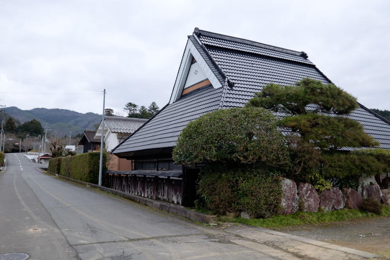 沿道には古びた建物が散見される。