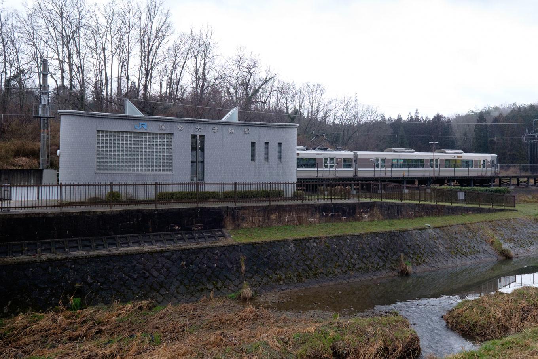 園部川沿いに建つ駅舎。