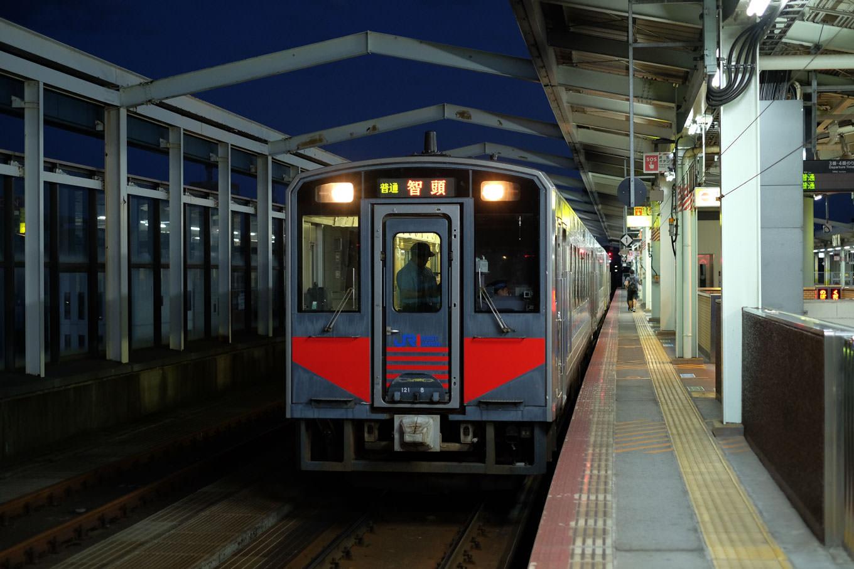 鳥取駅ホームに停車中の、智頭行き普通列車 651D。