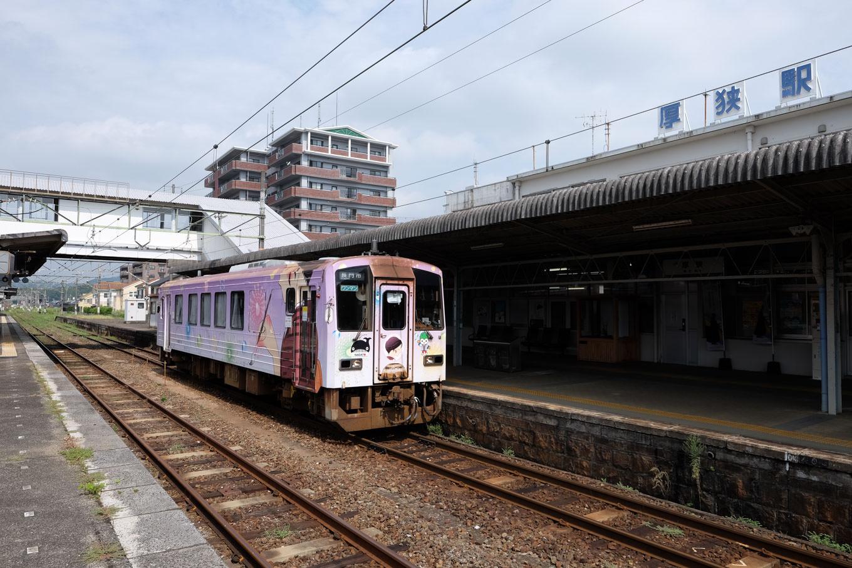 厚狭駅ホームで発車を待つ、長門市行き707D。