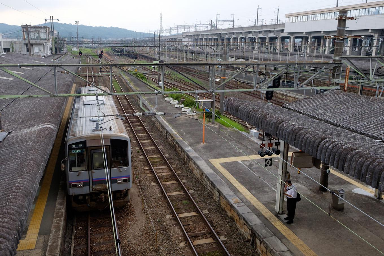 左から美祢線、山陽本線、新幹線と並ぶ構内。
