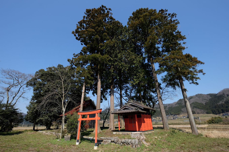 青空に映える稲荷神社。