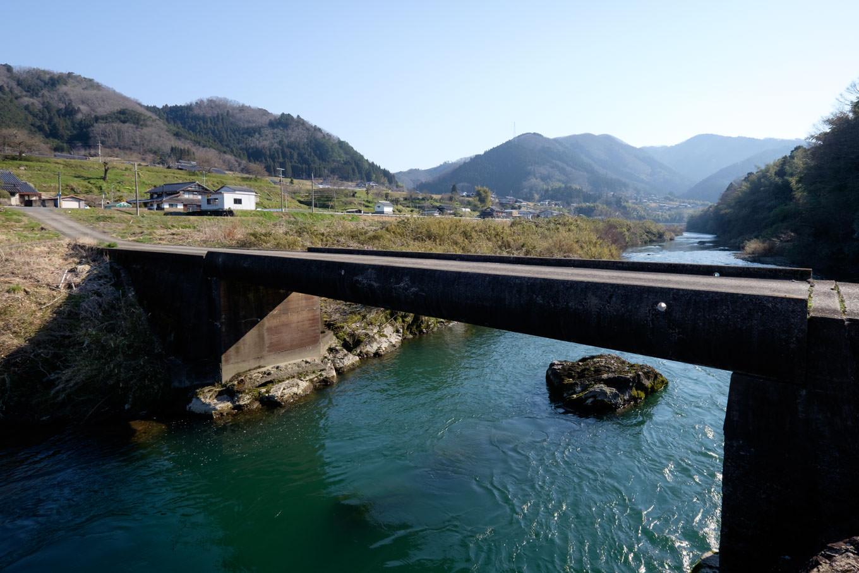 安栖里駅近くを流れる由良川に架かる沈下橋。