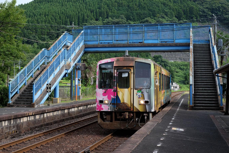 厚保駅に入線する、長門市行き普通列車。