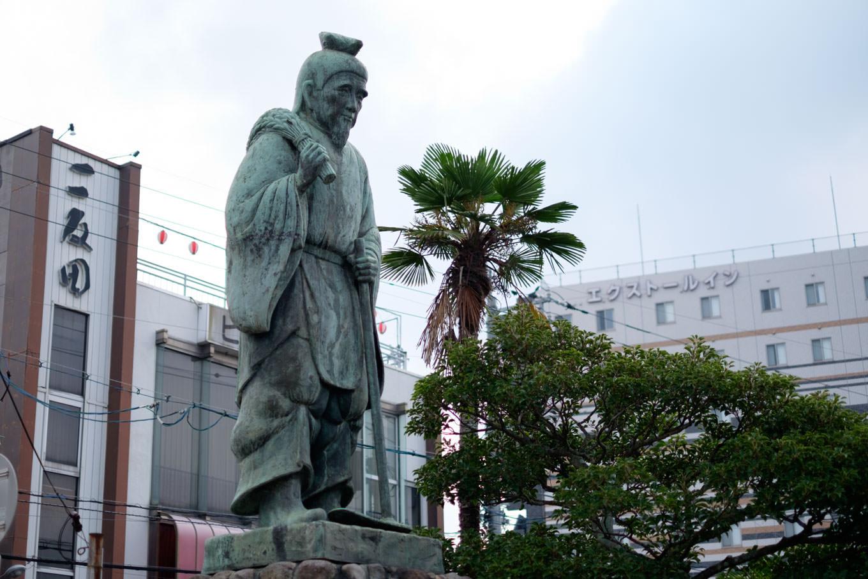 駅前ロータリーに立つ寝太郎の銅像。