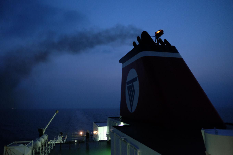 フェリーから眺める夜明け前の瀬戸内海。