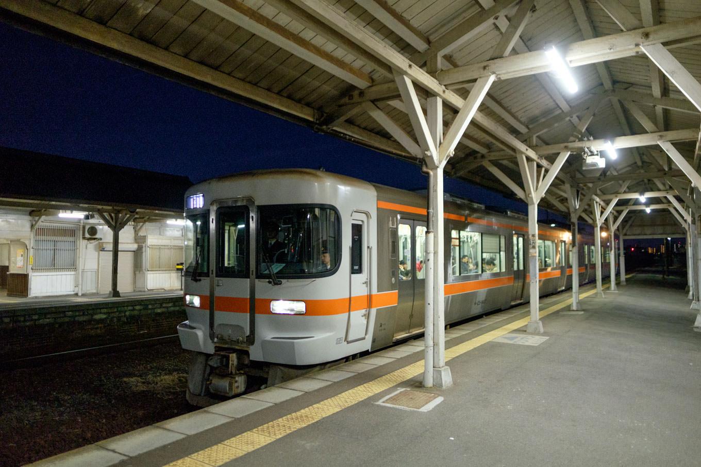 一身田駅に入線する、普通列車の亀山行き 938D。
